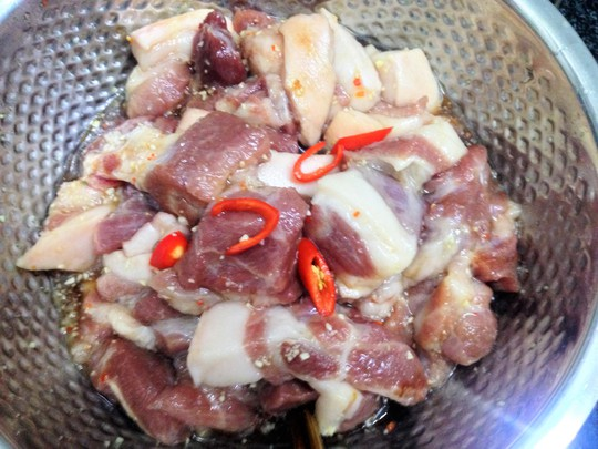 Thịt heo ướp với gia vị cho thấm