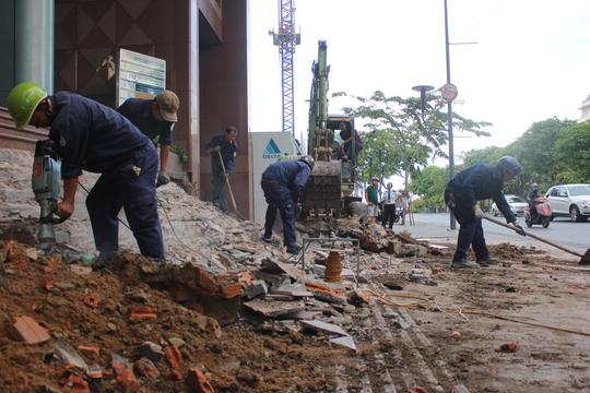 Bậc tam cấp, bồn hoa của VTP Office Central xây dựng trái phép khoảng 2 m bị tháo dỡ.