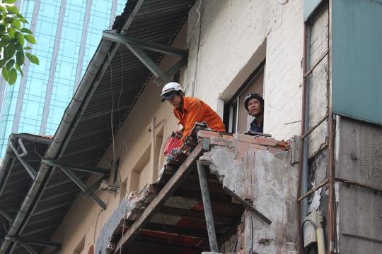 Nhà có phần ban công trước nhô ra khoảng 1 m cũng bị tháo dỡ.