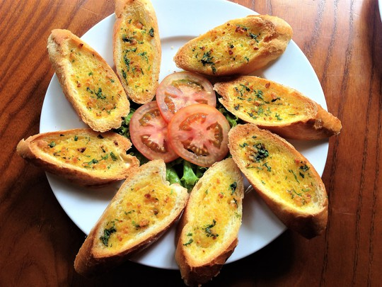 Bữa sáng nhanh gọn với bánh mì bơ tỏi | Phụ nữ - Báo Người Lao Động