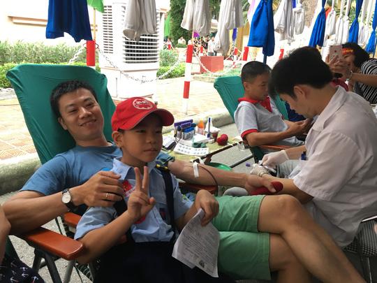 600 cựu học sinh hiến máu cứu nạn nhân TNGT - Ảnh 2.