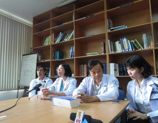 Các bác sĩ tham gia điều trị cho cháu bé đang kể về ca mổ đầy thử thách