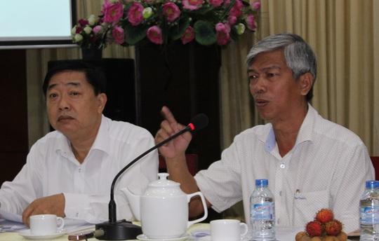 Chánh Văn phòng UBND TP Võ Văn Hoan (bìa phải) yêu cầu chấn chỉnh lại cán bộ ngành tài nguyên môi trường.
