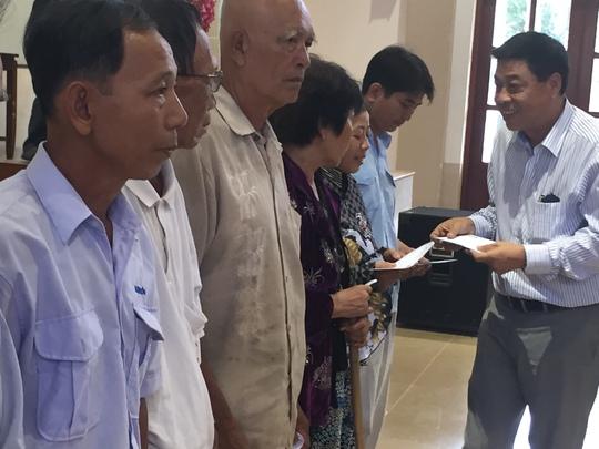 Ông Phạm Vũ Cường, Phó Giám đốc Cảng Hàng không Quốc tế Tân Sơn Nhất, trao tặng 200 phần quà cho bà con huyện Gò Công Tây.