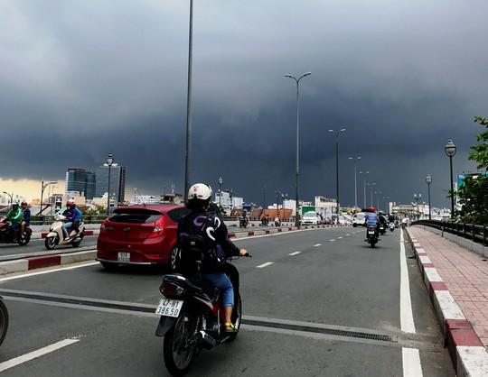 Ghi nhận đến gần 17 giờ ngày 2-4, khu vực trung tâm TP HCM không mưa nhưng mây đen vẫn vần vũ