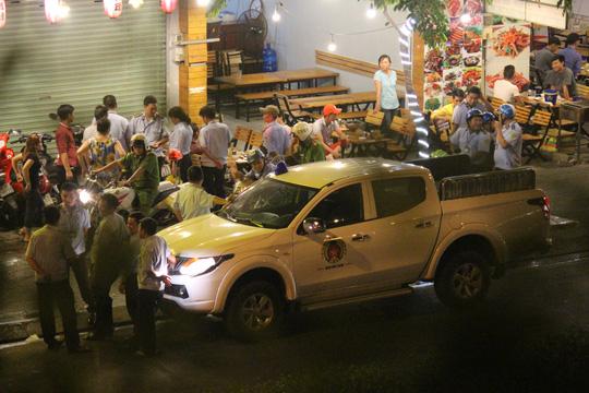 Đoàn liên ngành xử lý một số trường hợp vi phạm lấn chiếm vỉa hè trên đường Phạm Văn Đồng tối 22-3.