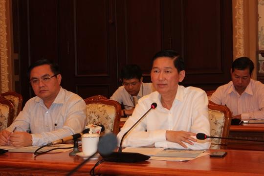 Phó Chủ tịch UBND TP Trần Vĩnh Tuyến (bìa phải) nghe báo cáo việc sử dung chữ ký số sáng 14-4.