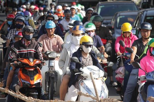 Hàng trăm người mệt mỏi vì ùn tắc giao thông ở sát vị trí bị ngập nước