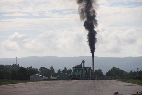 Cột khói đen kinh hoàng ở đảo ngọc Phú Quốc - Ảnh 1.