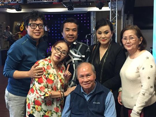 Danh ca Phương Đại và các nghệ sĩ hải ngoại chụp ảnh lưu niệm với PV Báo Người Lao Động
