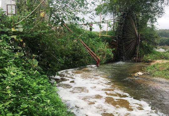 Nước thải của Công ty Tuấn Vinh chuyên sản xuất bột giấy, vàng mã trên địa bàn huyện Lang Chánh (Thanh Hóa) xả thải thẳng ra sông Âm khiến cá chết hàng loạt
