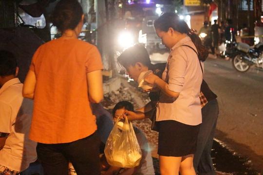 Phường hỗ trợ thức ăn, nước uống và chỗ ngủ cho những hộ dân bị thiệt hại, bị ảnh hưởng trong đêm.