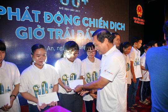 Ông Nguyễn Văn Hợp - Chủ tịch HĐQT, Tổng Giám đốc EVNSPC - trao học bổng cho học sinh nghèo hiếu học tại Long An
