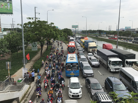 Qua ghi nhận của phóng viên, phải đến gần 11 giờ cùng ngày, tình trạng kẹt xe ở những tuyến đường nói trên mới bắt đầu đỡ căng thẳng do lượng xe giảm dần. Tuy nhiên, thời tiết oi bức khiến hàng ngàn người không tránh khỏi sự mệt mỏi trên đường đi nghỉ lễ