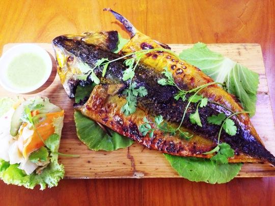 Cá saba nướng ăn kèm với cải chua và muối ớt xanh