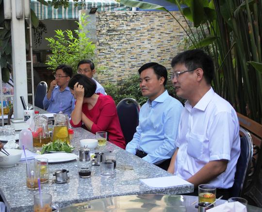 Ông Bùi Xuân Cường, Giám đốc Sở GTVT TP (thứ 2, từ phải qua) cùng các lãnh đạo khác của Sở GTVT trò chuyện trong buổi cà phê sáng (ảnh: Xuân Giang)