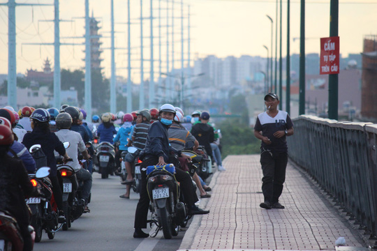 Cho đến khi người đi đường tập trung đông, hai người nước ngoài mới rời đi về hướng quận Gò Vấp.