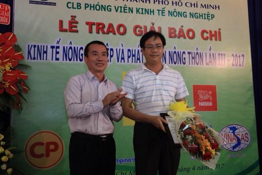 Ông Dương Vũ Thông (trái), Phó Chủ tịch Thường trực Hội Nhà báo TP HCM, trao giải nhất cho tác giả Lương Văn Thiện (Báo Sài Gòn Giải Phóng). Ảnh: Vĩnh Tùng