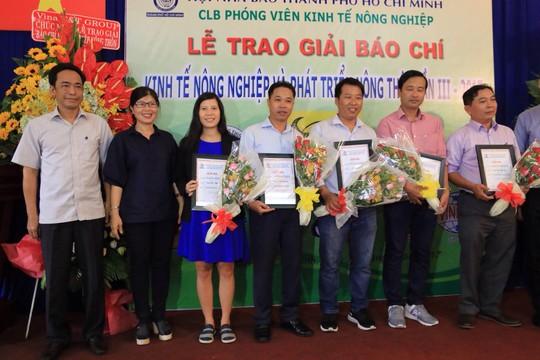 Ông Đỗ Danh Phương (bìa trái), Tổng Biên tập Báo Người Lao Động, trao giải ba cho các tác giả. Ảnh: Vĩnh Tùng