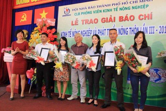 Phóng viên Công Tuấn (thứ 2 từ phải sang) đại diện cho nhóm tác giả của Báo Người Lao Động nhận giải khuyến khích. Ảnh: Vĩnh Tùng