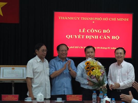 Phó Bí thư Thường trực Thành ủy TP HCM Tất Thành Cang cùng lãnh đạo UBKT Thành ủy và Ban Tổ chức Thành ủy trao quyết định và tặng hoa chúc mừng ông Ma Xuân Việt