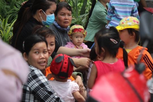 Nhiều gia đình đến Sở Thú để vui chơi, tham quan nhưng hầu hết đều thất vọng, mệt mỏi vì quá đông đúc.