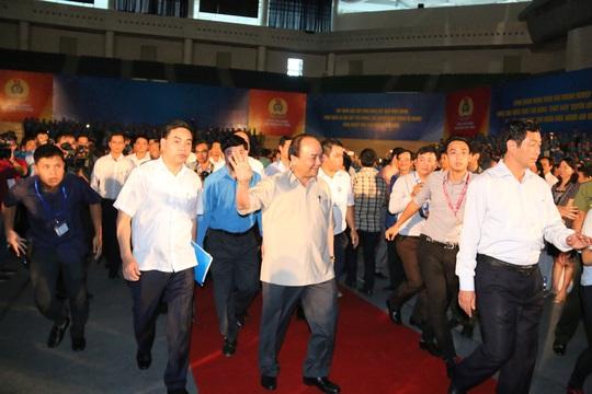 Thủ tướng Nguyễn Xuân Phúc vào hội trường để gặp gỡ công nhân