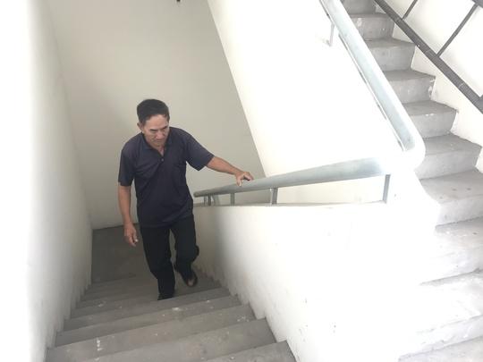 Ông Nguyễn Xuân Dậu, 74 tuổi chủ căn hộ B.1111 muốn ra ngoài phải đi bộ 11 tầng.