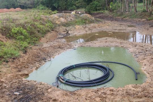 Hố nước nơi 2 em nhỏ gặp nạn là vùng trũng, đơn vị thi công tiếp tục múc một hố sâu chứa nước nhưng không hề rào chắn