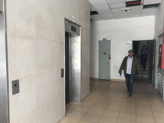 Thang máy ở chung cư Tân Mỹ hỏng và sủa chữa suốt 14 ngày nên người dân phải đi bộ.