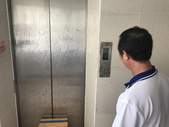 13 ngày qua thang máy ở chung cư Tân Mỹ, quận 7, TP HCM bị hỏng nhiều người phải đi bộ từ tầng trệt lên tầng 10,11.