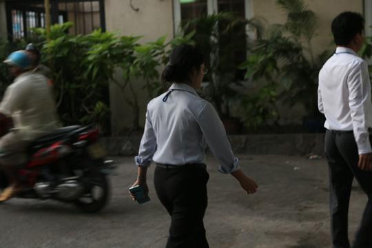 5 giờ sáng nữ chủ tịch UBND phường An Lạc A, quận Bình Tân đã xuống đường nhắc nhở các hộ dân được phép kinh doanh nhưng không được lấn chiếm vỉa hè.