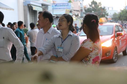 Tại đường Nguyễn Thức Tự, bà Dung đã trao đổi với hàng chục người dân về việc di dời sạp hàng vào bên trong nhà.