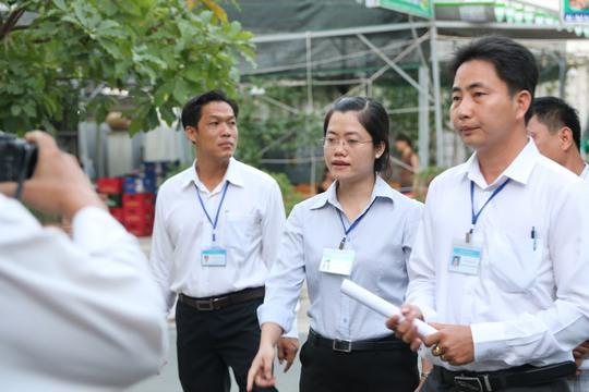 Sau khi được nữ chủ tịch UBND phường An Lạc nhắc nhở, nhiều hộ dân cam kết trong ngày sẽ tháo bỏ các bục lên xuống lấn chiếm.