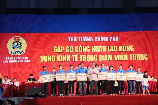 Thủ tướng tặng quà cho công nhân