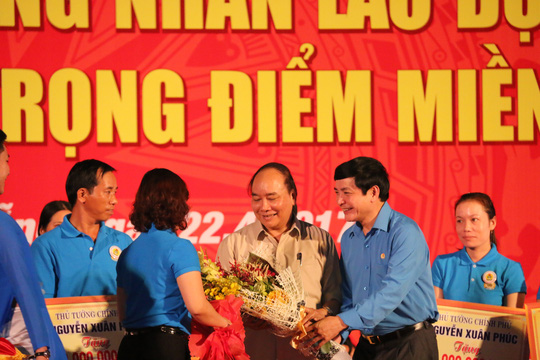 Thủ tướng Nguyễn Xuân Phúc tặng quà cho công nhân