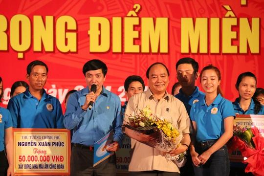Ông Bùi Văn Cường thay mặt Tổng LĐLĐ Việt Nam cảm ơn Thủ tướng Chính phủ và hứa sẽ tiếp thu các nhiệm vụ mà Thủ tướng đã giao, giáo dục bồi dưỡng xây dựng giai cấp công nhân