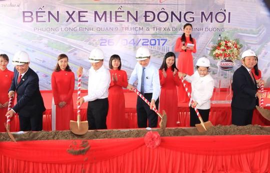 Lãnh đạo UBND TP cùng chủ đầu tư thực hiện nghi thức khởi công công trình