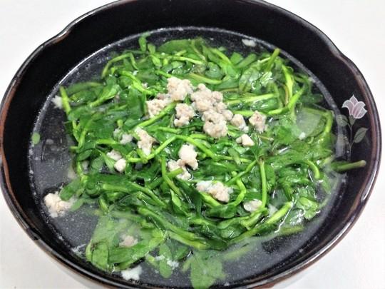 Tô canh rau đắng nấu với thịt bằm mà ngoại hay nấu ngày xưa