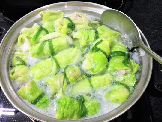 Khi nấu canh phải chịu khó vớt bọt để nước dùng được trong