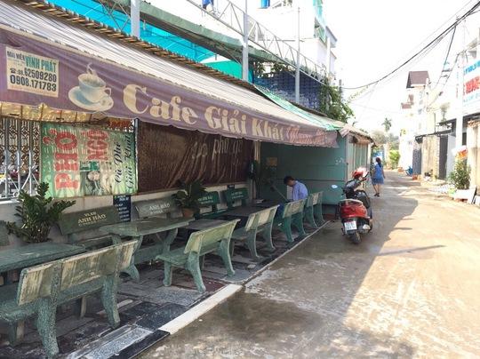 Sáng 4-4, lực lượng chức năng đã lập biên bản và đề nghị chủ quán cà phê lấn chiếm phải di dời ngay lập tức - Ảnh: UBND phường Thạnh Xuân.