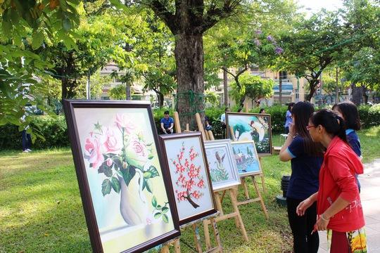 Tranh vẽ của các em ở Trung tâm Bảo trợ dạy nghề và tạo việc làm cho người tàn tật TP HCM triễn lãm ngày 25-3