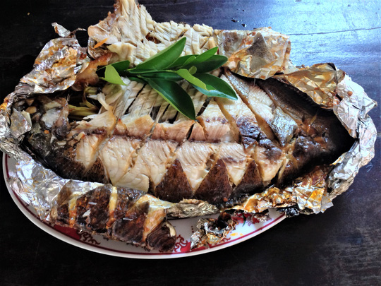 Thơm thơm, cay cay cá chim nướng muối ớt - Ảnh 1.
