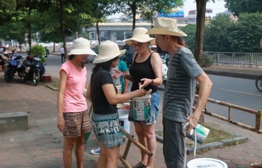Gặp cựu binh Mỹ trở lại Hà Nội diệt… tường bẩn - Ảnh 4.