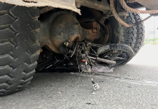 Xe máy vỡ vụn, người đàn ông nguy kịch sát gầm xe ben - Ảnh 2.