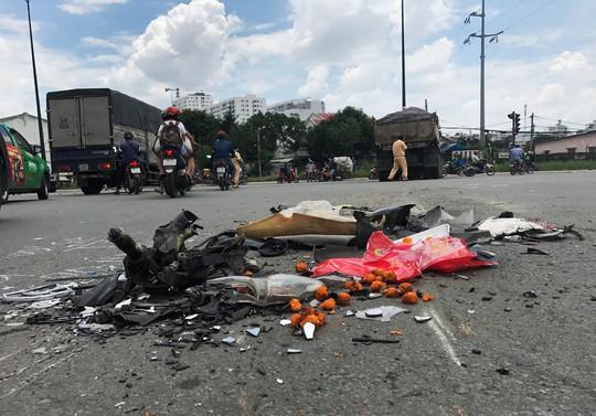 Xe máy vỡ vụn, người đàn ông nguy kịch sát gầm xe ben - Ảnh 1.