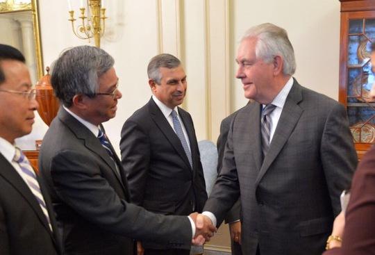 Đại sứ Việt Nam tại Mỹ Phạm Quang Vinh bắt tay Ngoại trưởng Mỹ Rex Tillerson