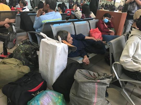 Nhiều hành khách mệt mỏi, vật vờ chờ đợi vì xe đến trễ so với lịch khởi hành.
