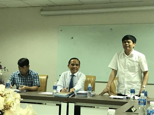 Ông Lê Văn Lịch, Phó tổng cục, Tổng cục Quản lý đất đai, Bộ Tài nguyên - Môi trường (đứng) làm việc với Hiệp hội BĐS TP HCM liên quan đến việc kiến nghị sửa đổi Luật đất đai 2013