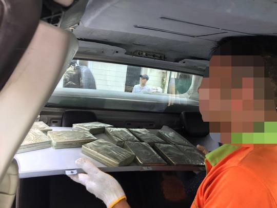 Phát hiện thêm 32 bánh heroin trên trần xe của ông trùm - Ảnh 2.